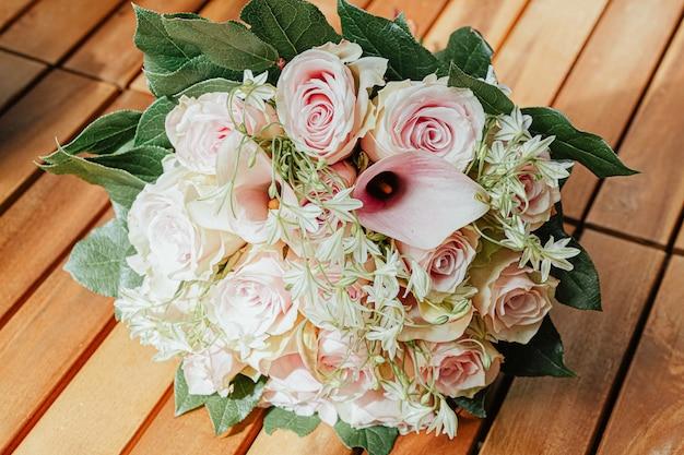 Mooi boeket met roze rozen en groene bladeren Gratis Foto