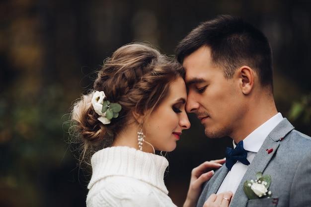 Mooi bruid en bruidegom het vieren huwelijk bij de herfstseizoen Premium Foto