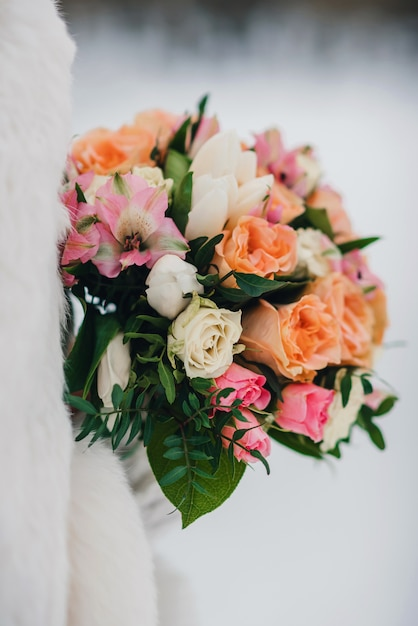 Mooi bruidsboeket met witte en oranje rozen en roze alstroemerias Premium Foto