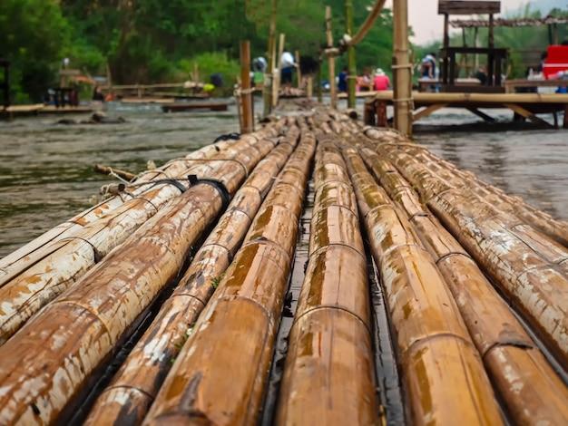 Mooi de bamboebrug over de rivier Premium Foto