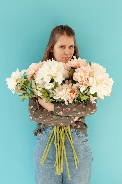 Mooi de bloemboeket van de vrouwenholding Gratis Foto