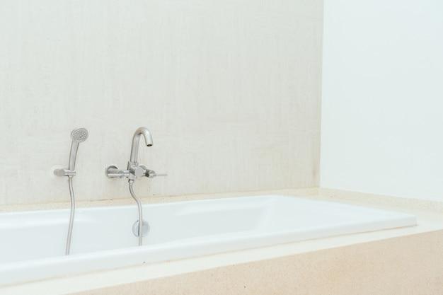 Mooi de decoratiebinnenland van het luxe wit bad van badkamers Gratis Foto