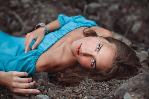 Mooi dromerig blondemeisje met blauwe ogen Premium Foto