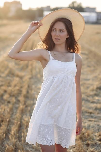 Mooi elegant meisje op een gebied van de de herfsttarwe Gratis Foto