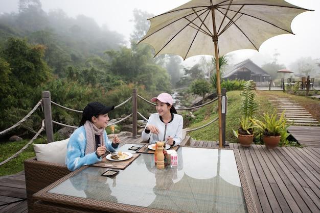 Mooi elegant op het terras van het natuurhotel in het restaurant van het resort Premium Foto