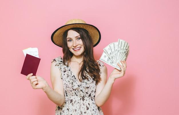 Mooi gelukkig donkerbruin meisje over roze Premium Foto