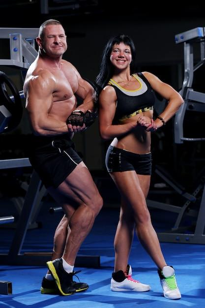Mooi gespierd paar in de sportschool Gratis Foto