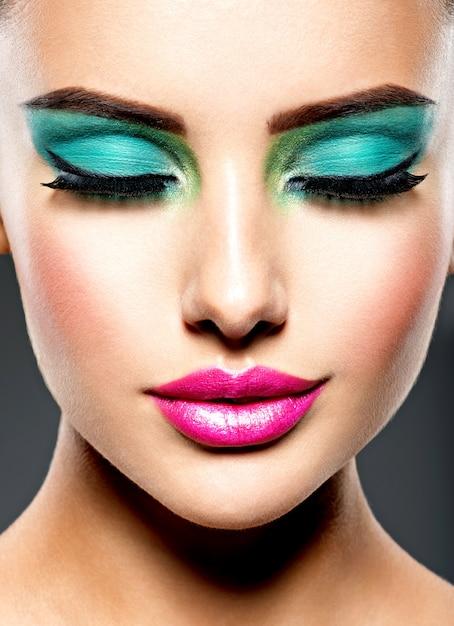 Mooi gezicht van een vrouw met groene levendige make-up van ogen Gratis Foto