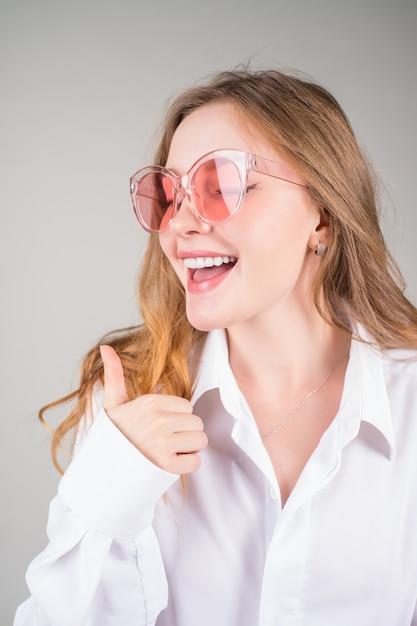 Mooi gezicht van jonge lachende vrouw met perfecte tanden. tandheelkundige zorg en het bleken van tanden. Premium Foto