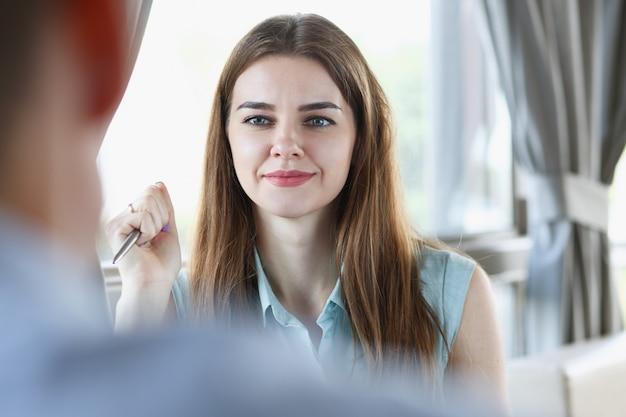 Mooi glimlachend vrolijk meisje op de werkplek Premium Foto