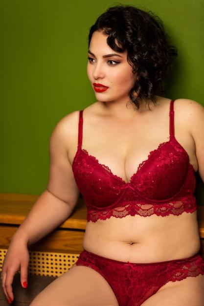 Mooi helder jong brunette met grote vormen in lingerie Premium Foto
