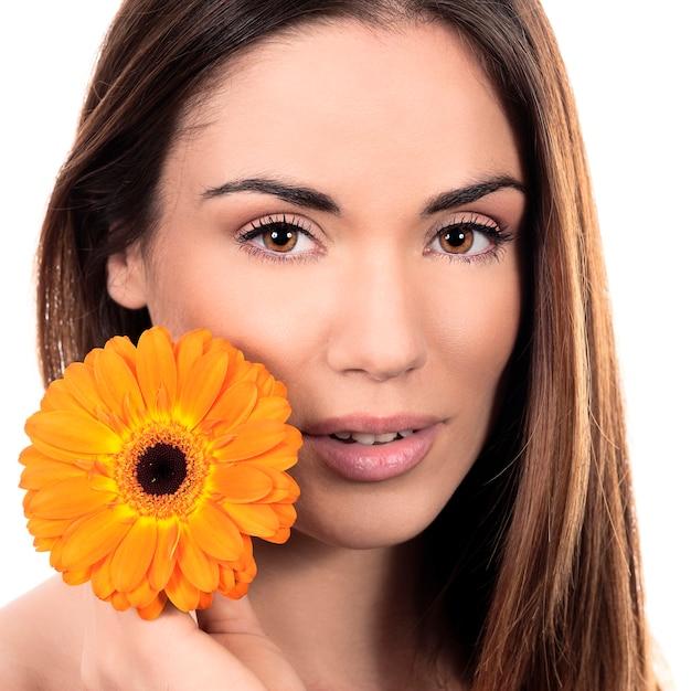 Mooi het glimlachen vrouwenportret met bloem Gratis Foto