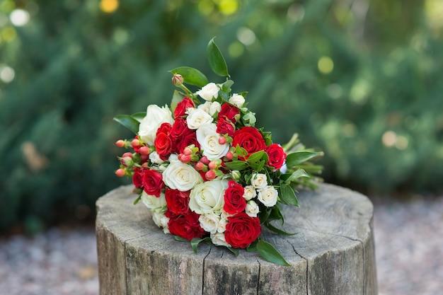 Mooi huwelijksboeket van rode en lichte rozen Premium Foto