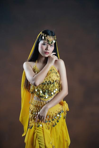 Mooi indisch jong hindoes vrouwenmodel. traditionele indische kostuum gele saree. Gratis Foto