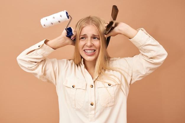 Mooi jong kaukasisch model in gekleurde borrels en wit overhemd en het stellen holdingskraanbalk in haar handen Gratis Foto