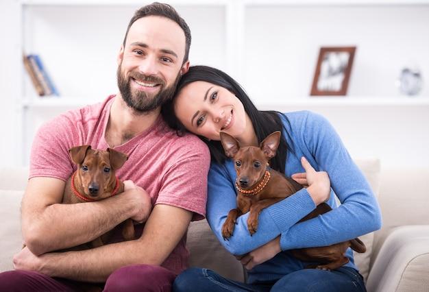 Mooi jong koppel met hun honden. Premium Foto