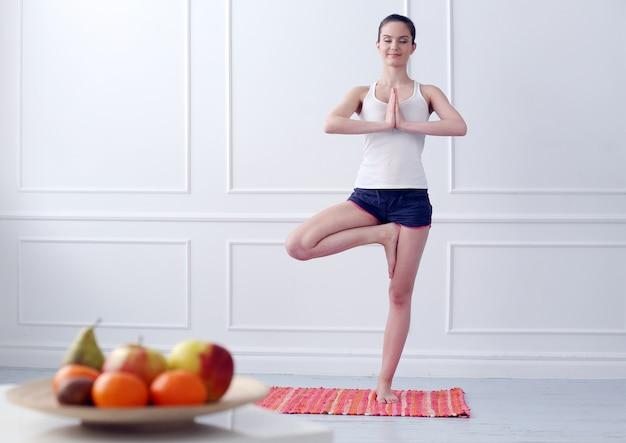 Mooi jong meisje dat yoga doet Gratis Foto