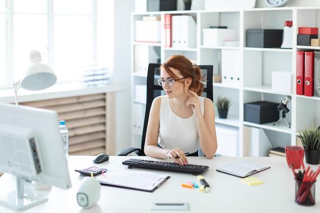 Mooi jong meisje in het kantoor dat met documenten werkt Premium Foto