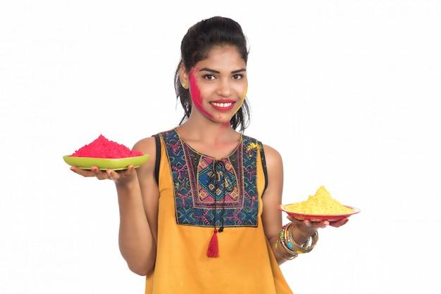 Mooi jong meisje met gepoederde kleur in plaat ter gelegenheid van holi festival. Premium Foto
