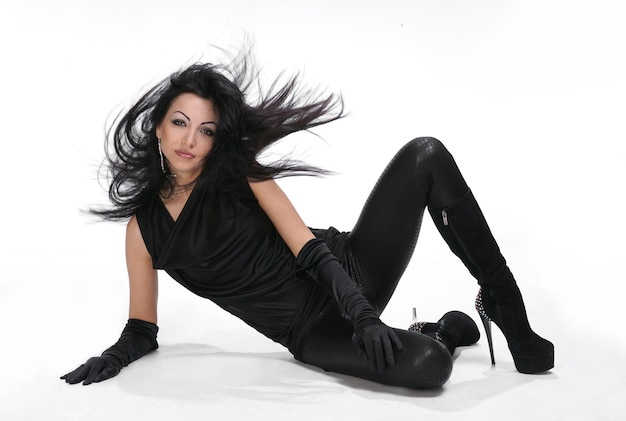 Mooi jong meisje met haar waait in zwarte jurk op witte achtergrond Premium Foto