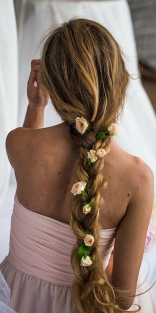 Mooi jong meisje met lang haar bloeit de tederheid van het mysterie in een teruggevlochten ros Gratis Foto