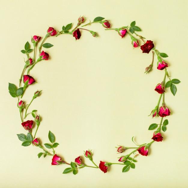 Mooi kader gemaakt van rode rozen Gratis Foto