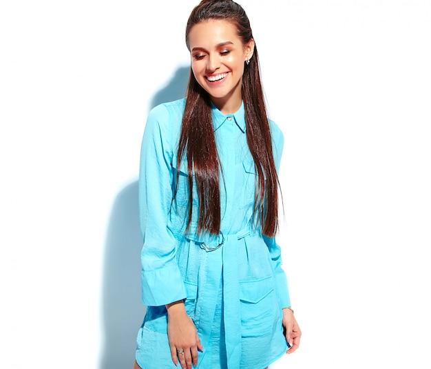 Mooi kaukasisch het glimlachen donkerbruin vrouwenmodel in heldere blauwe de zomer modieuze kleding Gratis Foto