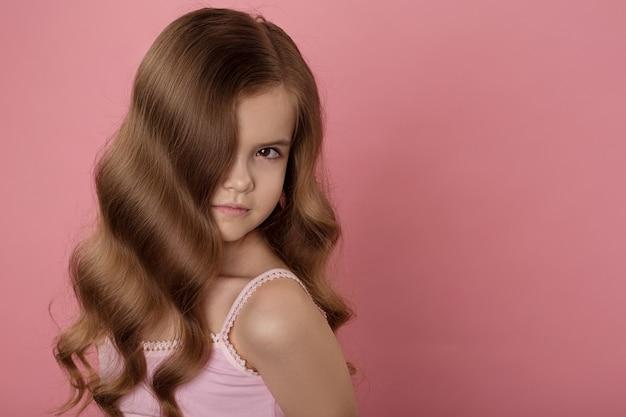 Mooi kaukasisch meisje met helder rood haar. krullend haar van rode kleur Premium Foto