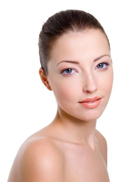 Mooi kaukasisch vrouwelijk gezicht met lichte maniermake-up Gratis Foto