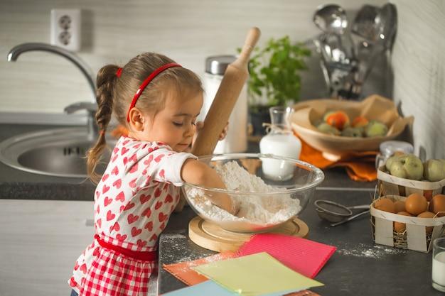 Mooi klein meisje baker op keuken Gratis Foto