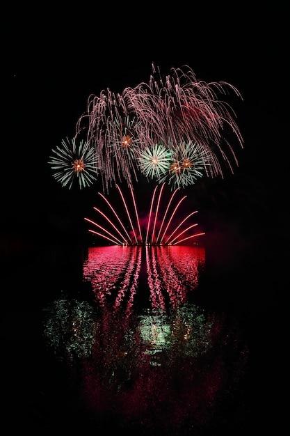 Mooi kleurrijk vuurwerk met bezinningen in water. brno-dam, de stad brno-europa. internati Gratis Foto