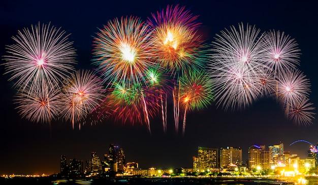 Mooi kleurrijk vuurwerk op het zee strand Premium Foto
