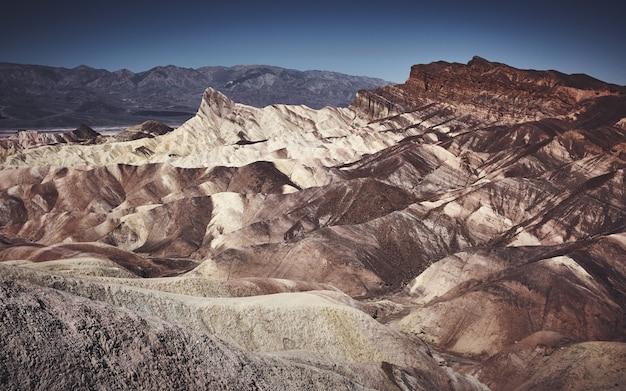 Mooi landschap dat in de loop van de dag van witte en bruine hellingen op een rotsachtige berg is ontsproten Gratis Foto