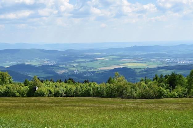 Mooi landschap in de bergen in de zomer. tsjechische republiek - de witte karpaten - europa. Gratis Foto