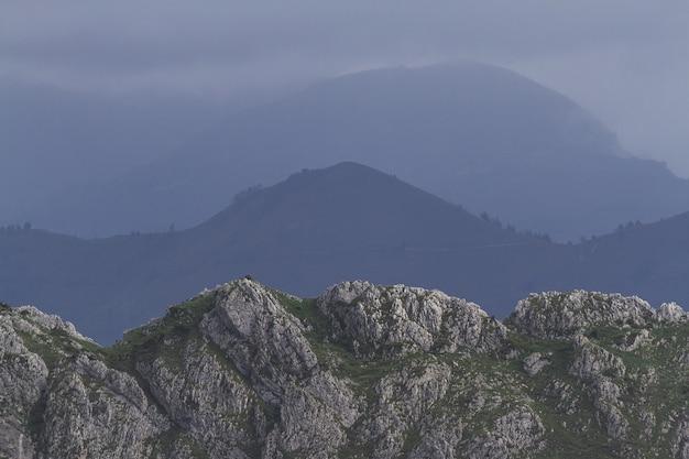 Mooi landschap met bergen overdag Gratis Foto