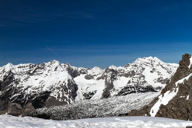 Mooi landschap met besneeuwde bergen. blauwe lucht. horizontaal. alpen, oostenrijk. Gratis Foto