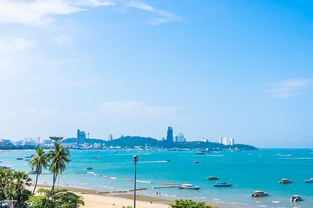 Mooi landschap met zee en stad Gratis Foto