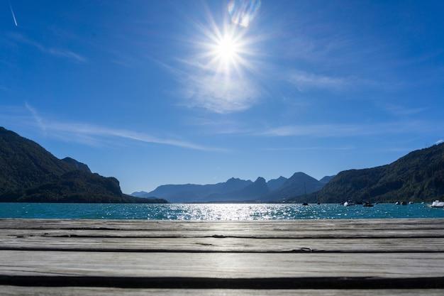 Mooi landschap van de felle zon die over het wolfgangsee-meer in strobl, oostenrijk schijnt Gratis Foto