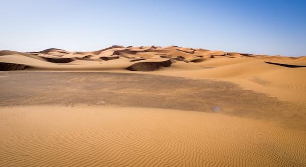 Mooi landschap van de sahara-woestijn, erg chebbi-duinen in merzouga, marokko Gratis Foto