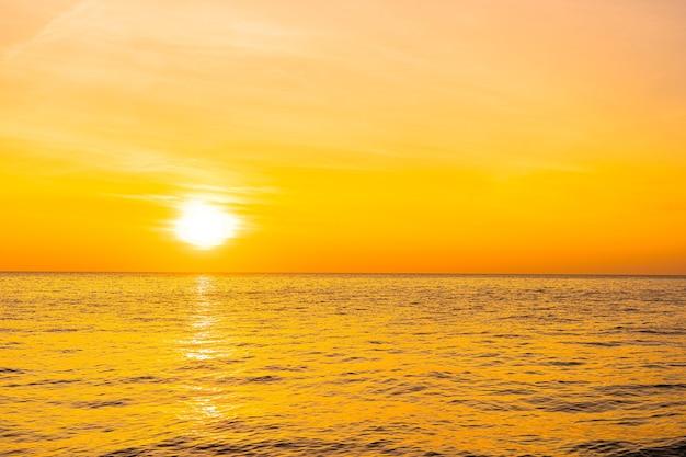 Mooi landschap van de zee bij zonsondergang of zonsopgang Gratis Foto