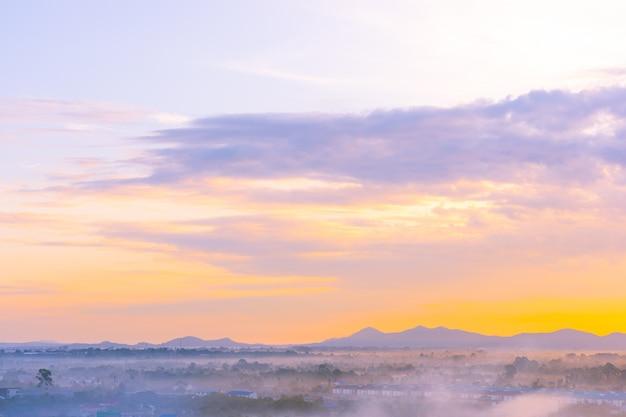 Mooi landschap van overzeese oceaan rond pattaya-stad in thailand in zonsondergangtijd Gratis Foto