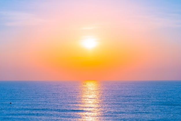 Mooi landschap van zee oceaan voor vakantiereizen en vakantie Gratis Foto