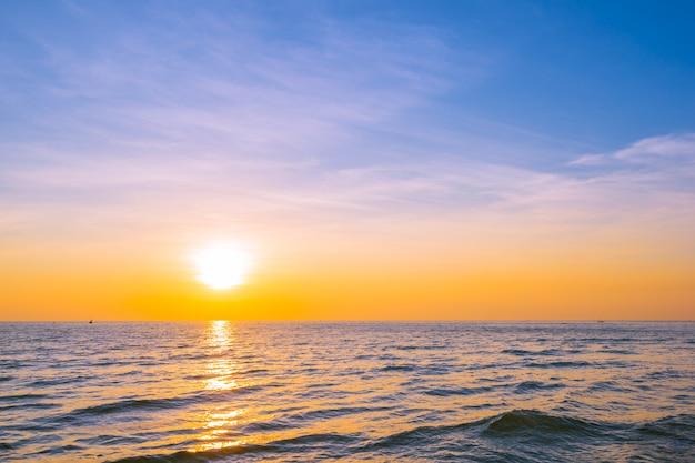 Mooi landschap van zonsondergang op zee en oceaan Gratis Foto