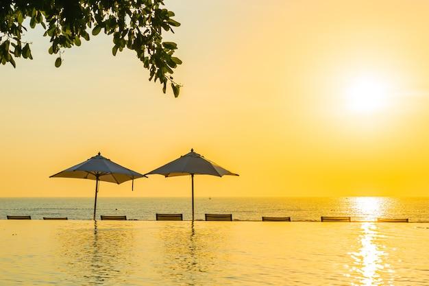 Mooi landschaps openlucht zwembad met paraplu en ligstoel in hoteltoevlucht voor ontspanningstra Gratis Foto
