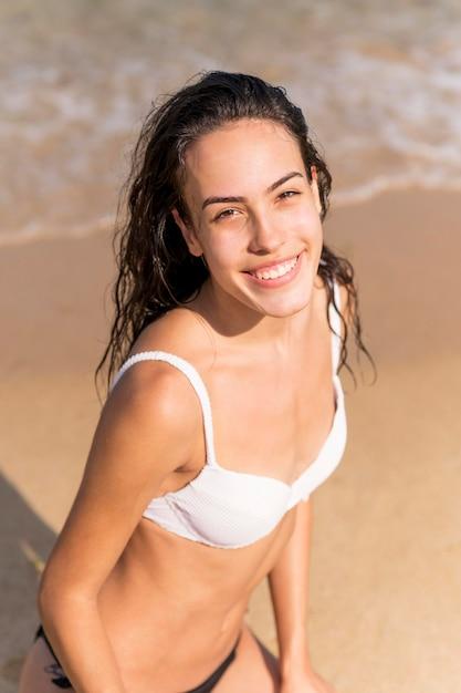 Mooi meisje bij strandconcept Gratis Foto