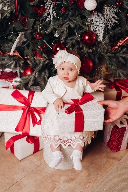 Mooi meisje camera kijken. kerst concept. Premium Foto