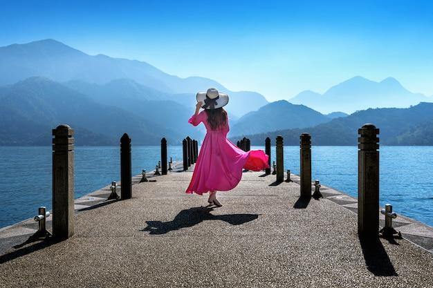 Mooi meisje dat bij sun moon lake in taiwan loopt. Gratis Foto
