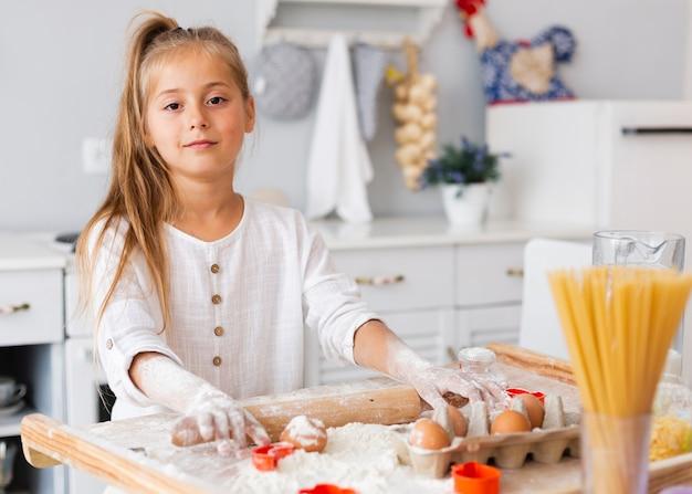 Mooi meisje dat keukenrol gebruikt Gratis Foto