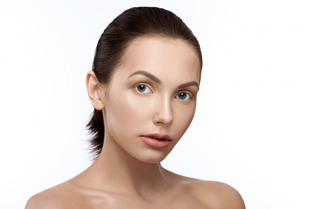 Mooi meisje dat zonder make-up met naakte schouders ontspruit. Premium Foto