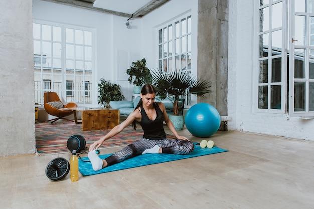 Mooi meisje die opleiding en yoga thuis in de ochtend maken Premium Foto